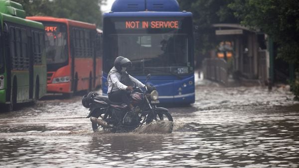 Another waterlogged stretch along Mathura Road. Public Works Department (PWD) officials told PTI that all waterlogging complaints were being dealt with priority. (Raj K Raj / HT Photo)