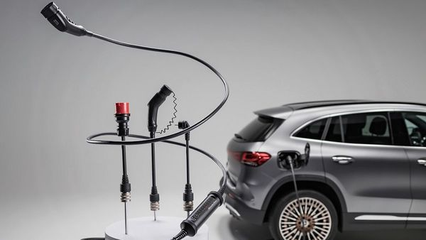 The flexible charging system automatically identifies the different adapters and adjusts the charging power accordingly.