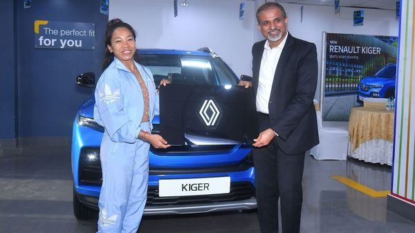 Sudhir Malhotra, Vice President – Sales & Marketing, Renault India (R) handed over the keys to the new Kiger SUV to Mirabai Chanu (L).