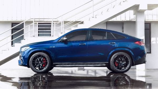 The Mercedes AMG GLE 63 Coupe seeks to blend a sporty visual profile with a dominating SUV character. Its front air wing has a dynamic jet-wing design and has been painted in the same colour as the body. The SUV stands on 22-inch alloy wheels.