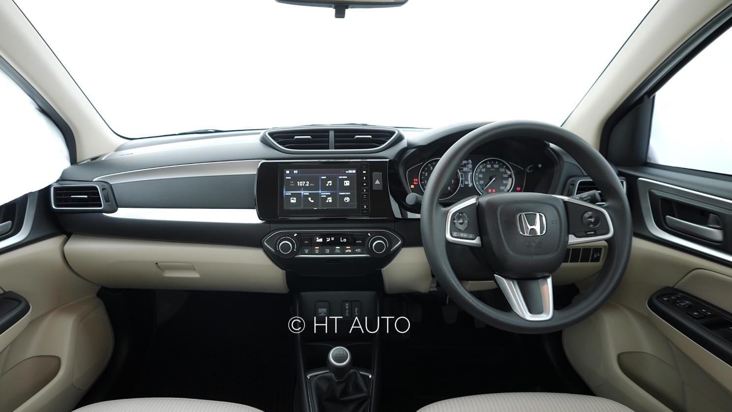 The overall layout and design of the Amaze's cabin remain exactly the same as found on the previous model. New interior additions include a new Satin Silver finish, map lamp and rear view camera display. (HT Auto/Sabyasachi Dasgupta)