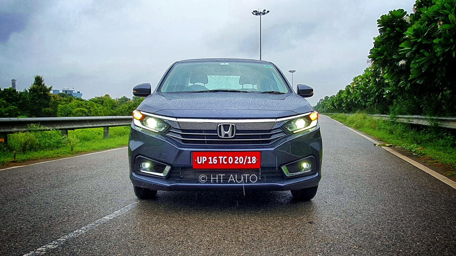 The most significant of all the visual tweaks on the new Amaze is the use of a new front main grille which is sleeker and uses fine chrome molding lines on the lower side. (HT Auto/Sabyasachi Dasgupta)