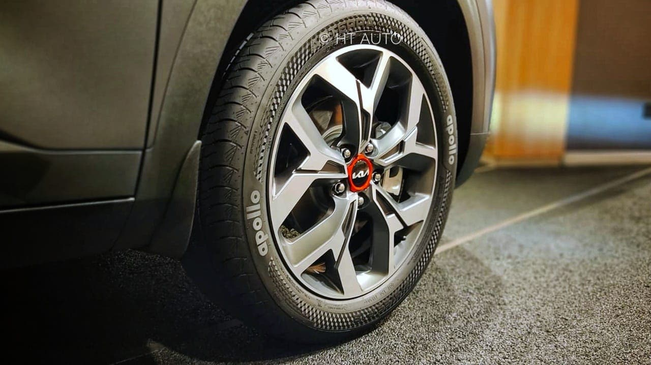 The alloy wheels get the same design as the standard Seltos but now also feature a red highlight.
