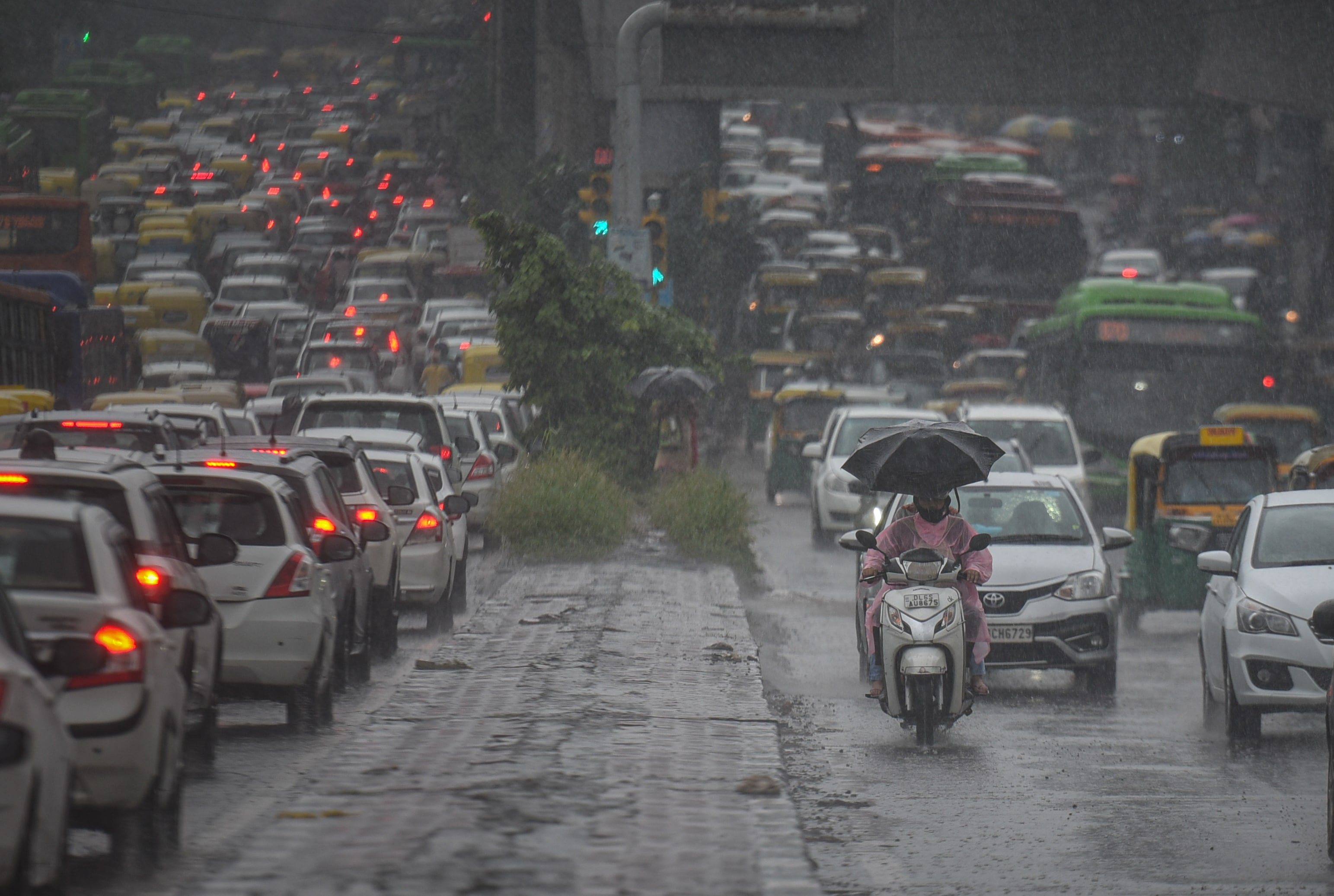 Commuters took several hours to get from one point to another owing to submerged roads in many parts of the city. This photo is taken at Delhi's Shadipur. (Sanchit Khanna/HT PHOTO)