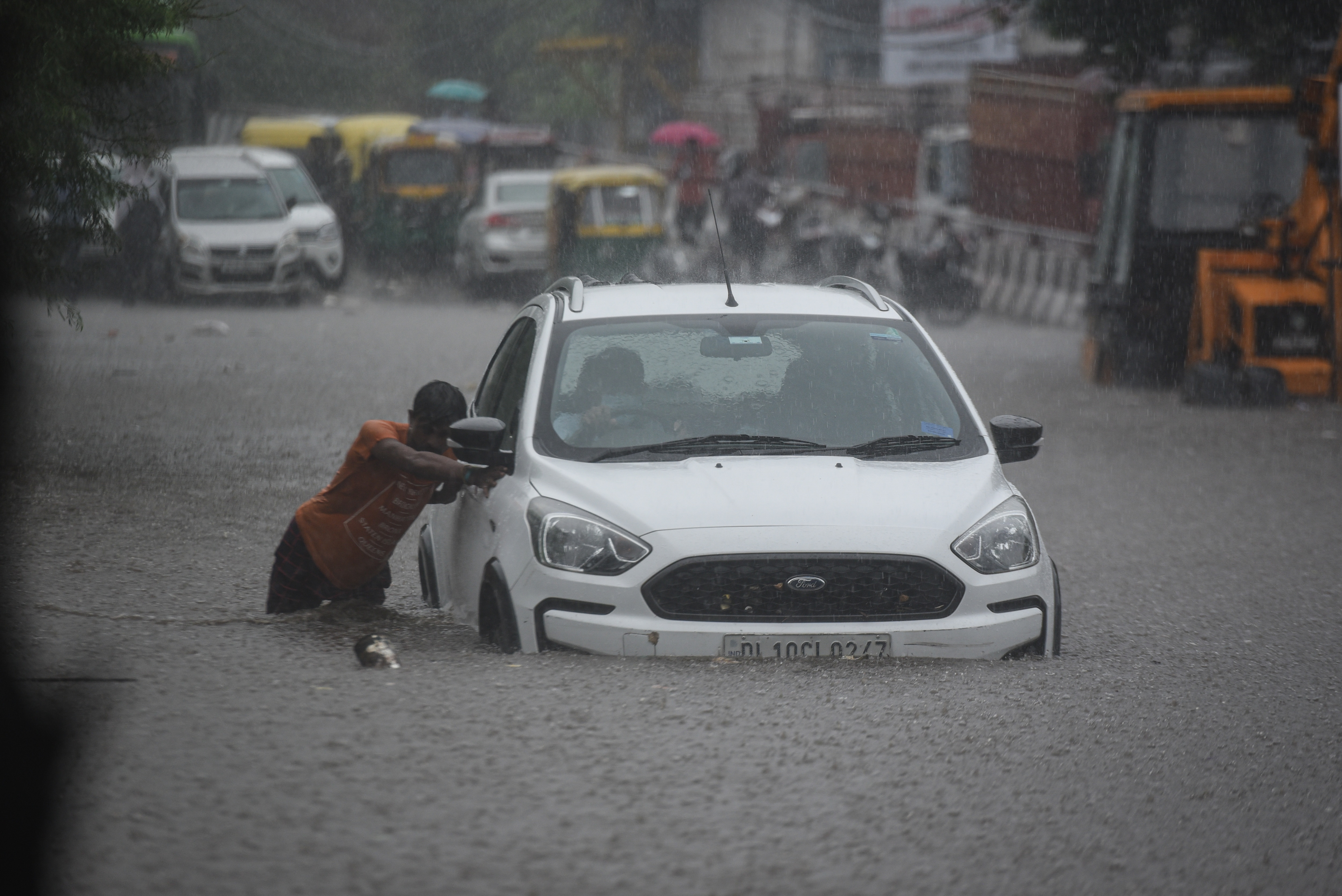 This is just one of numerous scenes that were common on Delhi roads on Tuesday morning and afternoon. (Sanchit Khanna/HT PHOTO)
