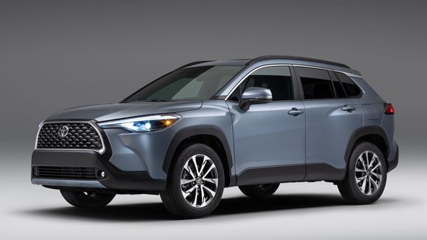 Toyota has introduced the new 2022 Corolla Cross SUV for the US markets. Based on the same TNGA-C platform used for Corolla sedan, the new SUV has been launched with both front-wheel drive and all-wheel drive options.