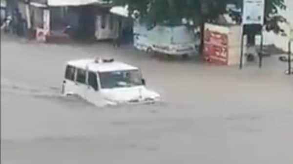 A Mahindra Bolero SUV seen wading through the flooded streets of Rajkot leaves Anand Mahindra impressed. (Photo courtesy: Twitter/@Harish_D_Nainol)