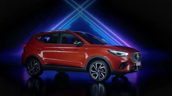 The exterior design of the new SUV is similar to the ZS EV. The Astor SUV is 4,323 mm in length, 1,809 mm in width, 1,653 mm in height, and comes with a wheelbase of 2,580 mm. It sits on 17-inch dual-tone alloy wheels.