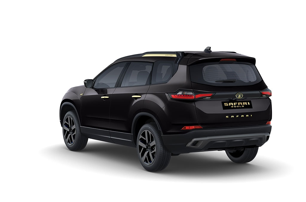 This Safari edition is seen in black body colour with noticeable dashes in gold? Where, you ask? The door handles and the side lining on the roof rails, for starters.