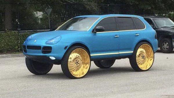 The Porsche Cayenne gets massive golden wheels, sans any spoke. (Image: Reddit/Donkenne Turbo)