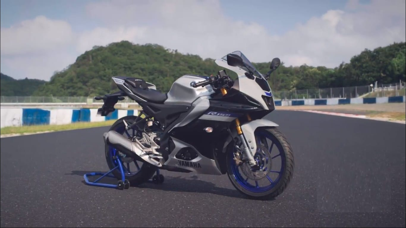 The 2021 YZF-R15 range is powered by a 155cc, 4-stroke, liquid-cooled, SOHC, 4-valve engine that produces maximum power of 18.4 PS at 10,000rpm, with a torque output of 14.2 Nm at 7,500rpm.
