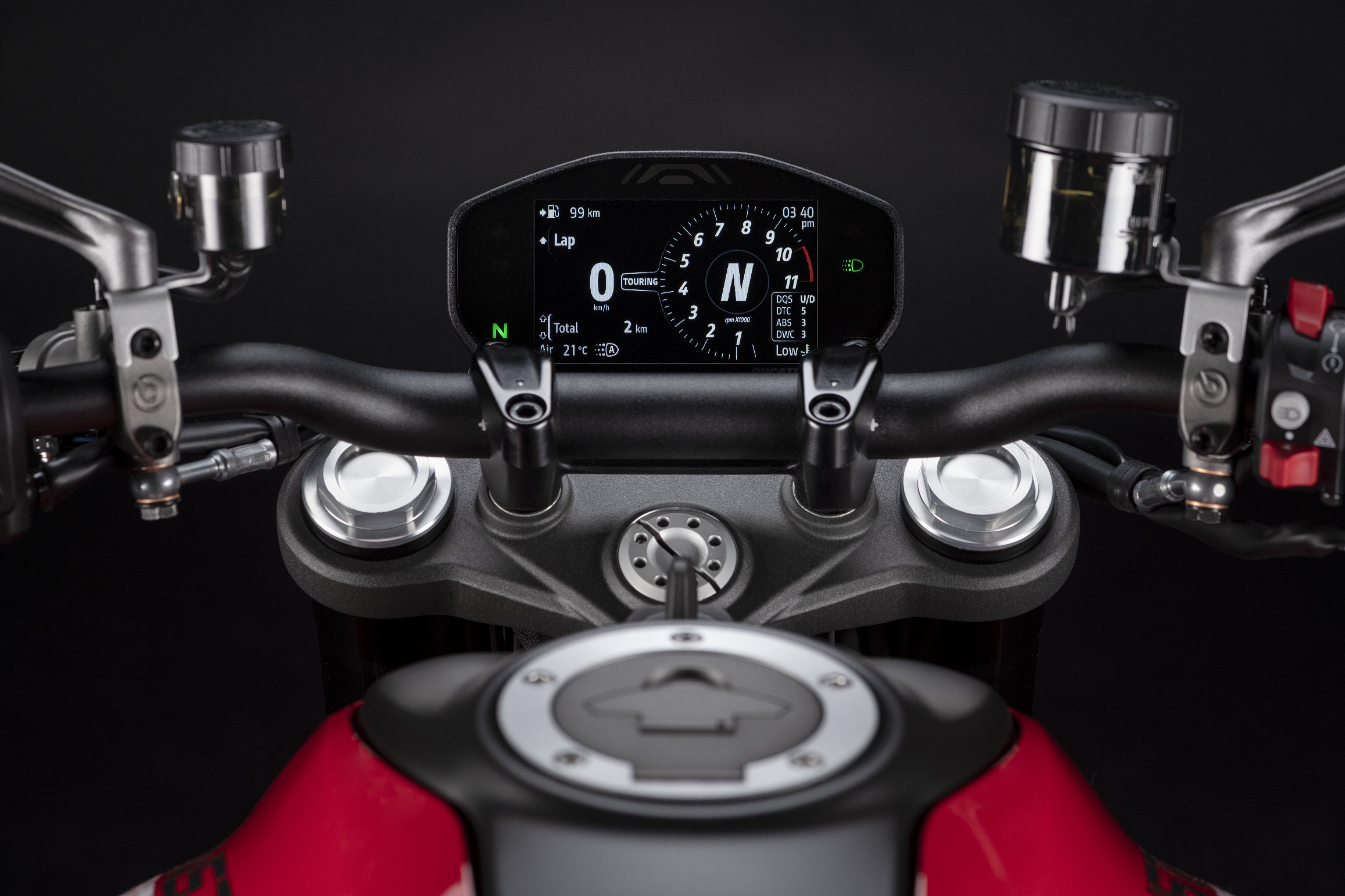 The new Monster is equipped with three Riding Modes (Sport, Urban, Touring). Everything is managed via the handlebar controls and the bike now features a new 4.3