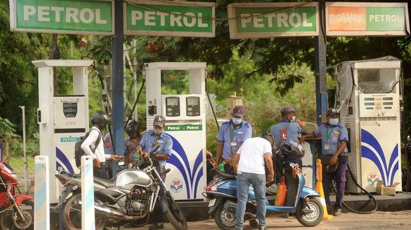 File photo of attendants at a petrol pump filling fuel tanks of motorists in Mumbai. (Photo used for representational purpose) (HT Photo)