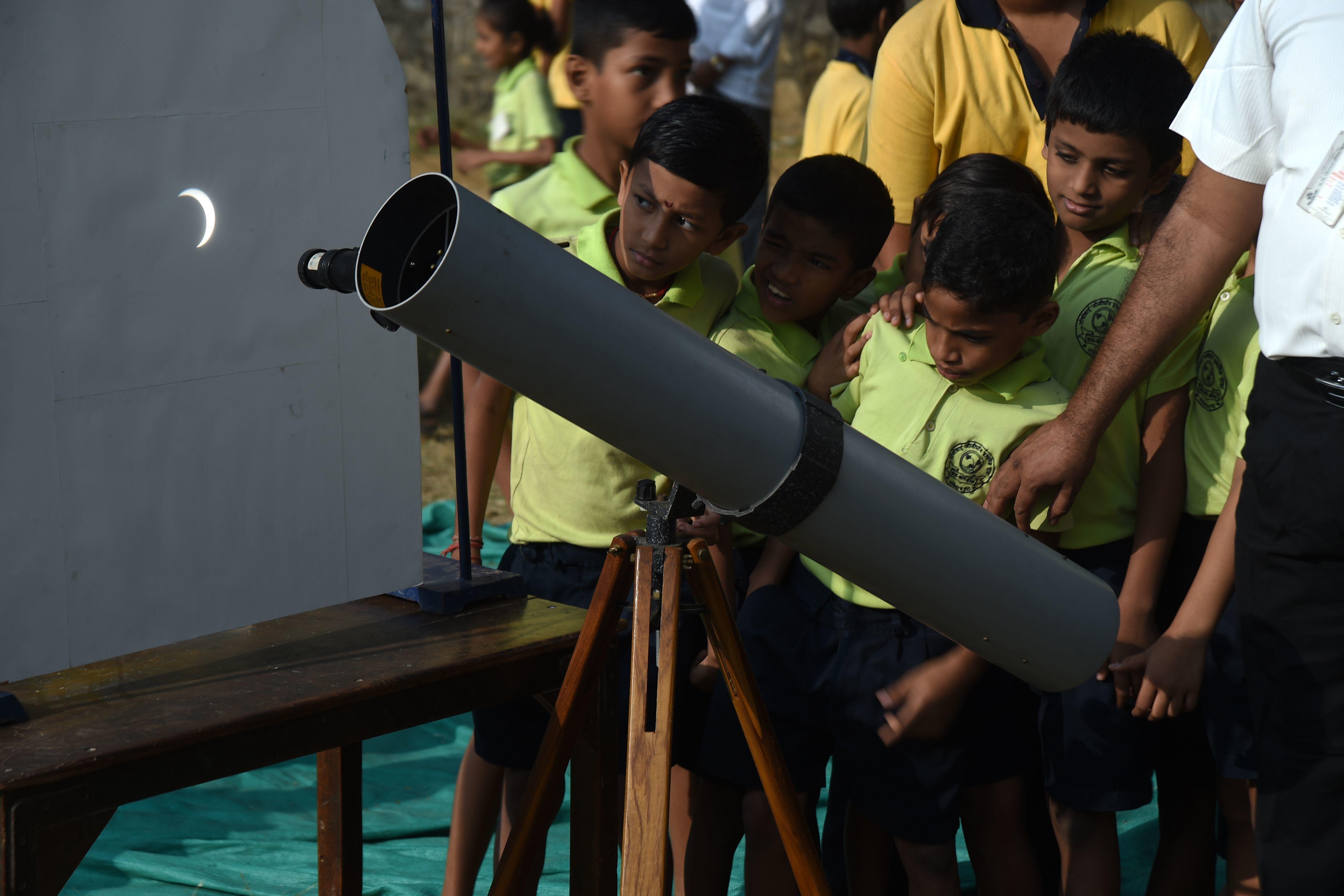 মুম্বইয়ে স্কুল ছাত্র-ছাত্রীরা সূর্যগ্রহণ দেখছে (AFP)