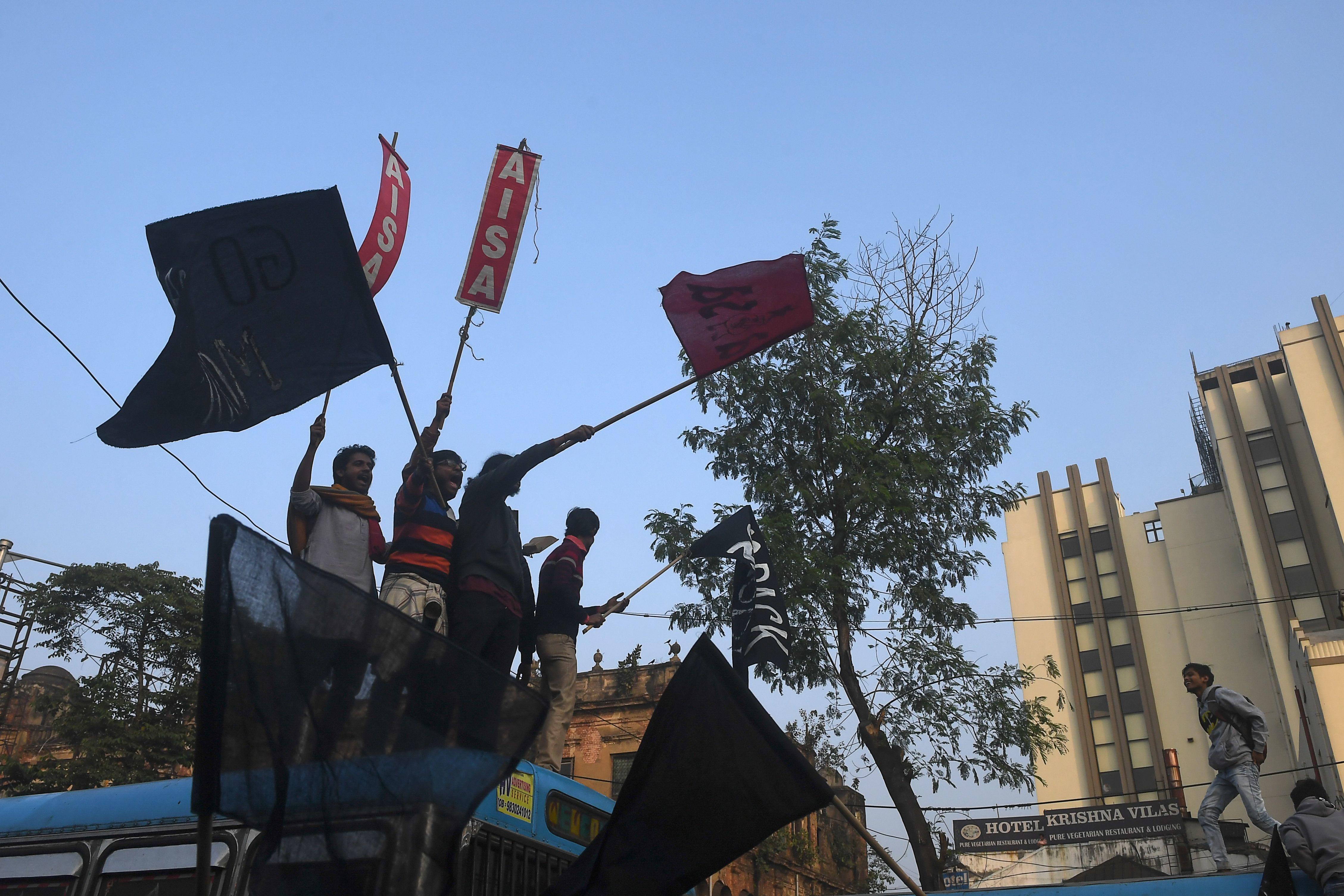 বিক্ষোভে সামিল হয়েছে যাদবপুর বিশ্ববিদ্যালয়ের পড়ুয়ারাও। বাজনা, পোস্টার নিয়ে মিছিল করেন তাঁরা। (ছবি সৌজন্য এএফপি)