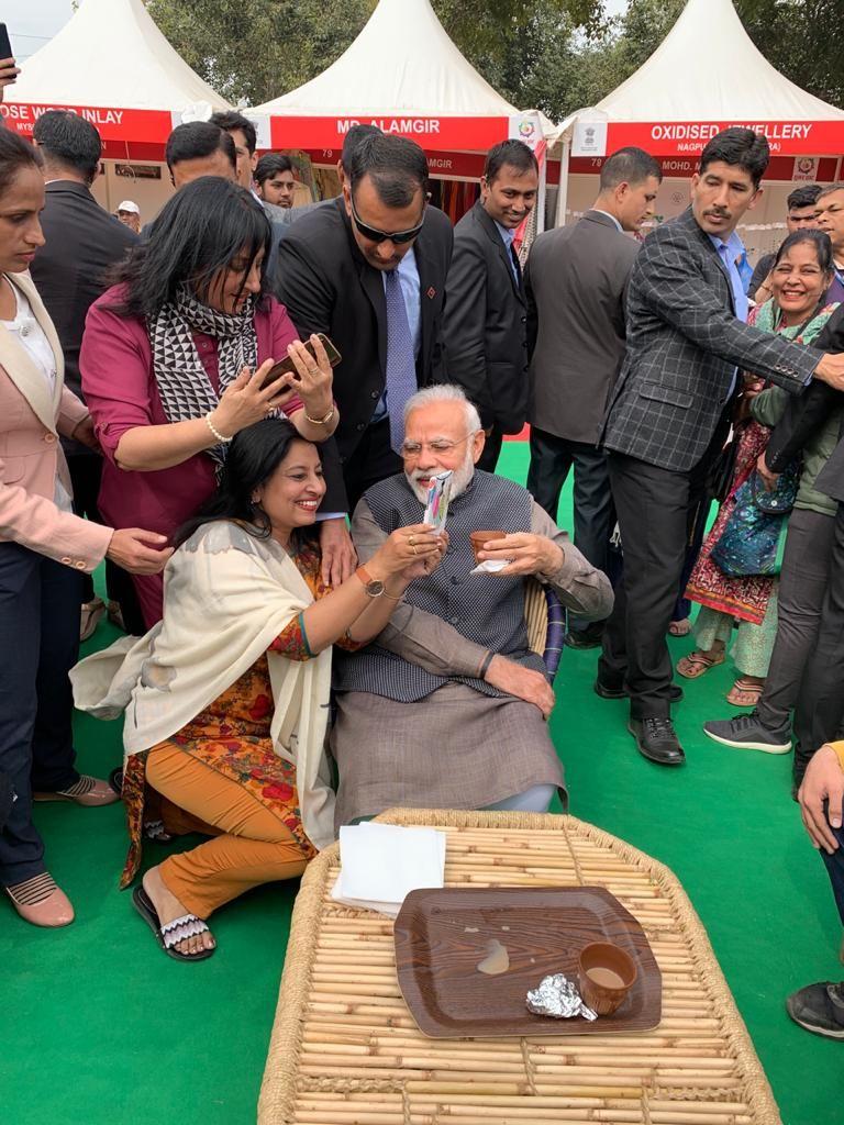 মোদী আসতেই সবাই উদগ্রীব হয়ে ওঠেন। হাতের সামনে প্রধানমন্ত্রীকে পেয়ে তাঁরা সেলফি তোলার আবদার করেন। সেই আবদার রাখেন মোদী। (ছবি সৌজন্য টুইটার @narendramodi)