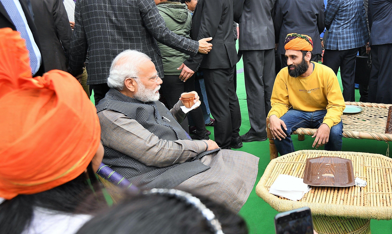 খান কুলহাদ চাও। সেই টাকা অবশ্য দেন কেন্দ্রীয় মন্ত্রী মুক্তার আব্বাস নকভি। (ছবি সৌজন্য টুইটার @narendramodi)