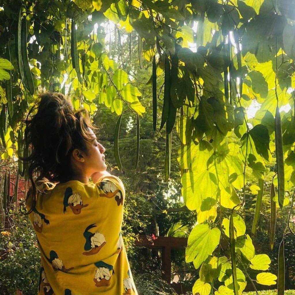 বুধবার সকালে ঘুম ভাঙতেই প্রকৃতির সঙ্গে আদুরে আলাপ জমালেন নুসরত জাহান (সৌজন্যে-ইন্সটাগ্রাম)