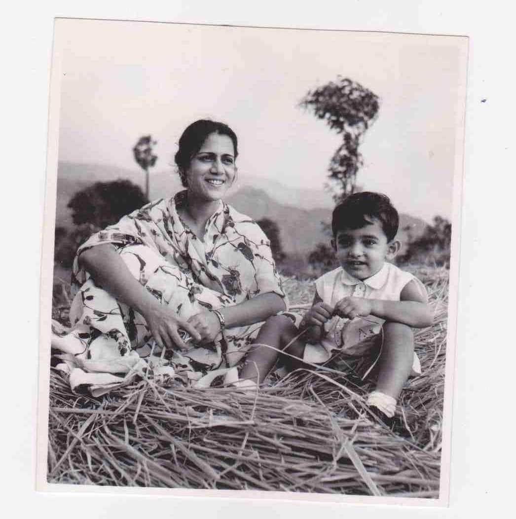 মায়ের সঙ্গে ছোট্ট আমির খান। ইয়াদো কী বারাত ছবিতে শিশুশিল্পী হিসাবে একটি গানের দৃশ্যে দেখা মিলেছিল আমির খানের (ছবি-ইনস্টাগ্রাম)