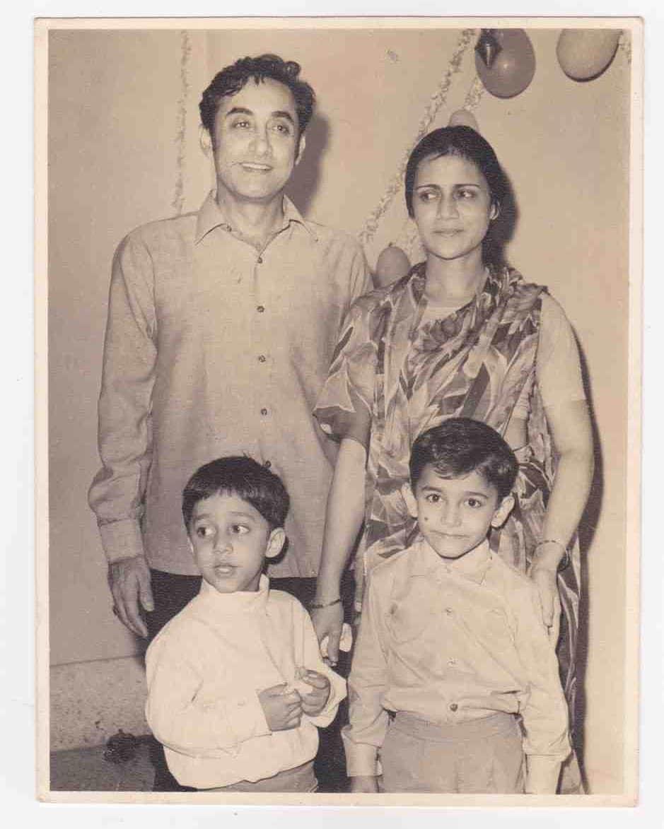বাবা. ফিল্মমেকার তাহির হুসেন এবং মা জিনতের সঙ্গে আমির খান ও ফয়জল খান (ছবি-ইনস্টাগ্রাম)