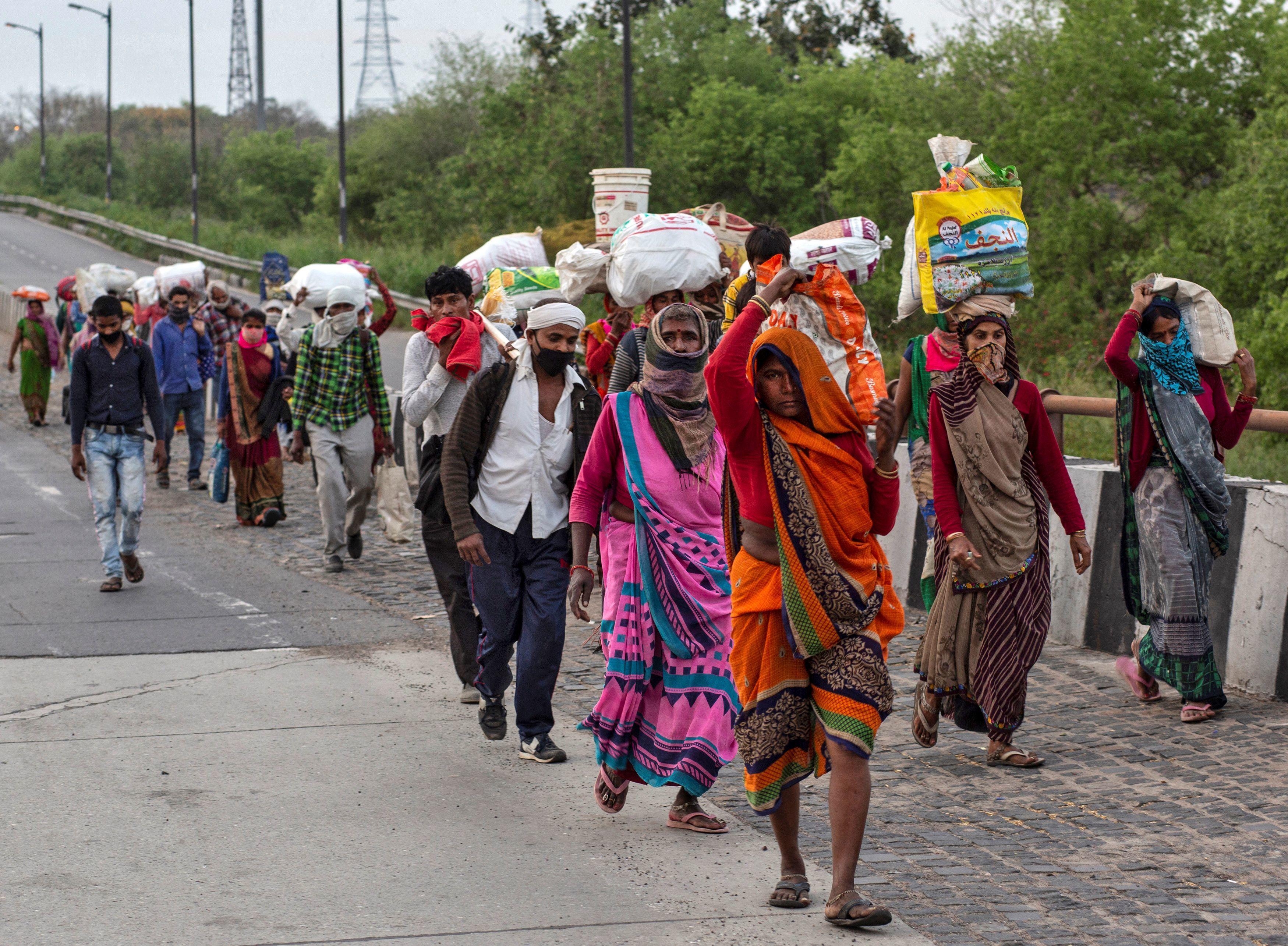 দিল্লি থেকে গ্রামের পথে  (REUTERS)