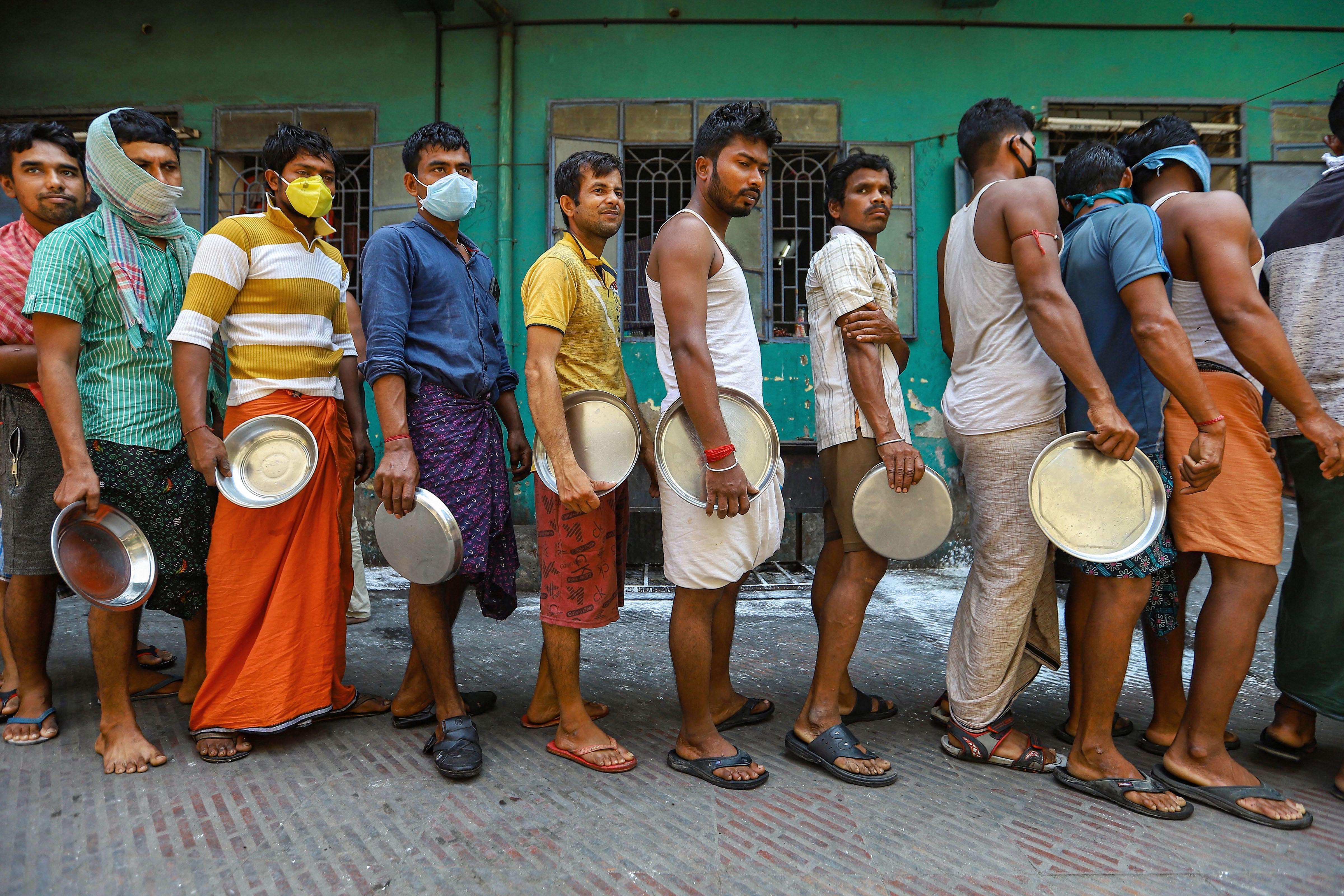 চেন্নাইতে সারিবদ্ধ ভিনরাজ্যের শ্রমিকরা  (PTI)