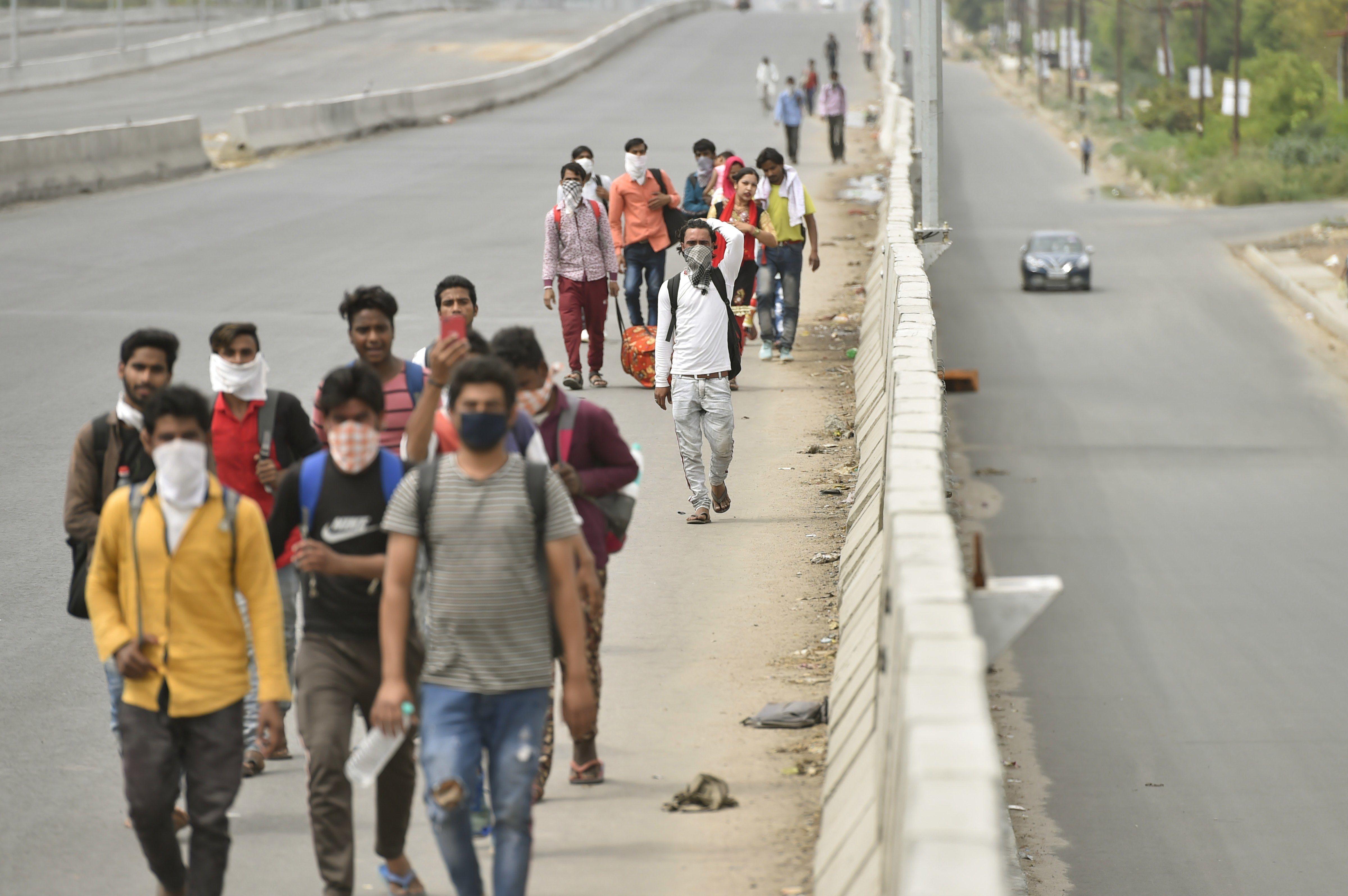 গাজিয়াবাদ থেকে উত্তরপ্রদেশের গ্রামের পথে মানুষ (PTI)
