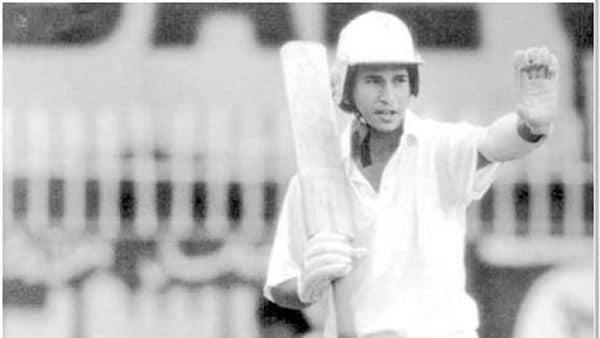 ১৯৮৯ সালে করাচি টেস্ট পাকিস্তানের বিরুদ্ধে আন্তর্জাতিক অভিষেক হয় তেন্ডুলকরের। যখন থামেন, তাঁর নামের পাশে ১০০টি আন্তর্জাতিক শতরান লেখা।