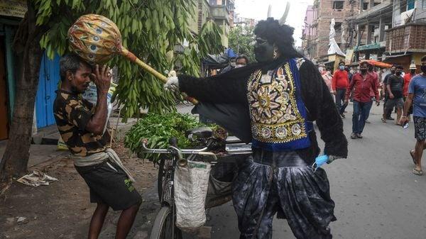 কেন পরোনি মাস্ক, তাই মুগুর পড়ল মাথায়  (AFP)