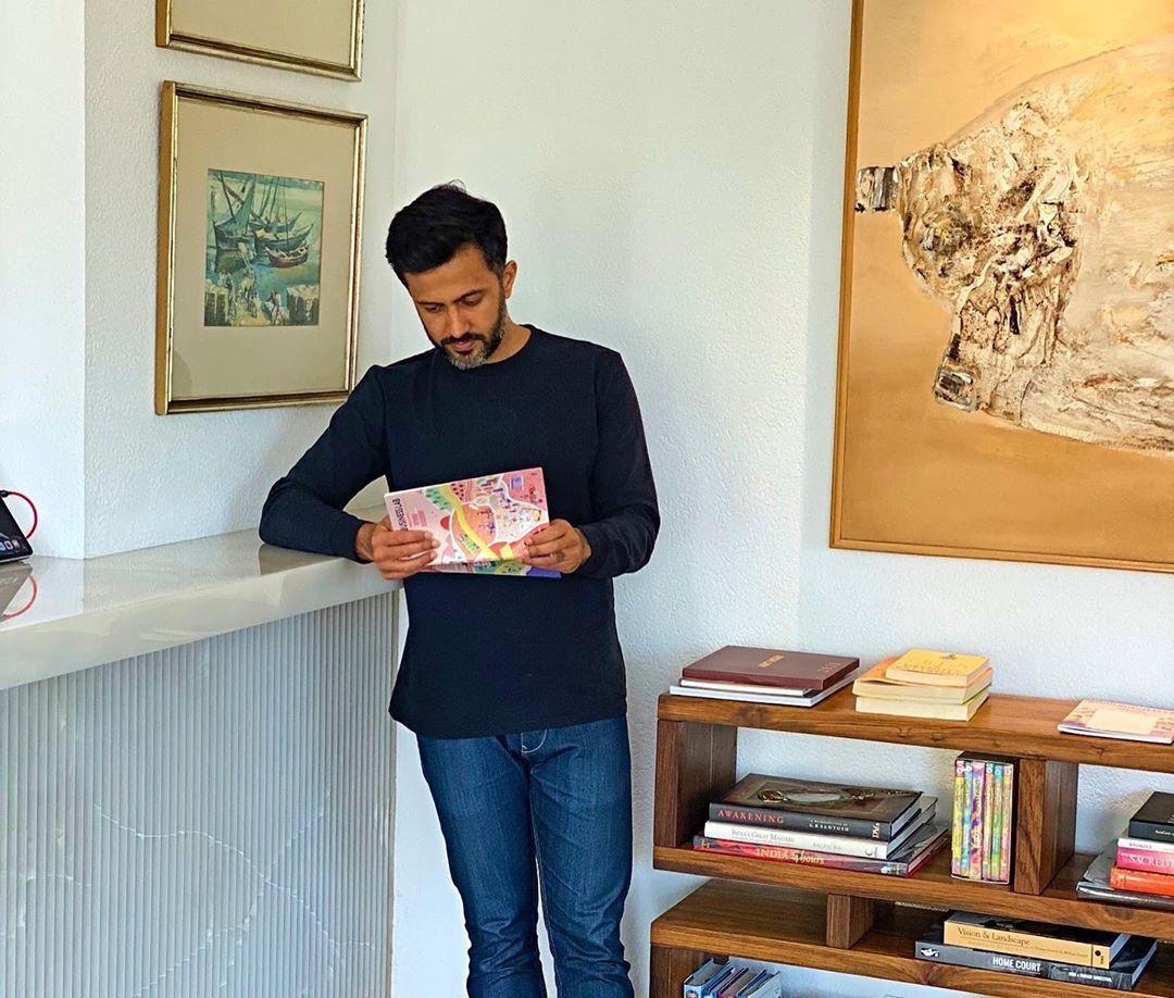 শুধু সোনমই নন, বই পড়তে ভালোবাসেন আনন্দও। তাঁর বাড়িতেই রয়েছে একটা আস্ত লাইব্রেরি! (ছবি-ইনস্টাগ্রাম)