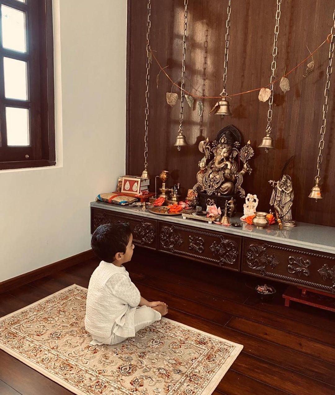 রঙ্গোলির ঠাকুর ঘরে রাখা রয়েছে গণপতির মূর্তি। পাশে রাধাকৃষ্ণ ও শিব। সামনে বসে রঙ্গোলির ছোট্ট গোপাল, তাঁর পুত্র পৃথিবী। (ছবি-ইনস্টাগ্রাম)