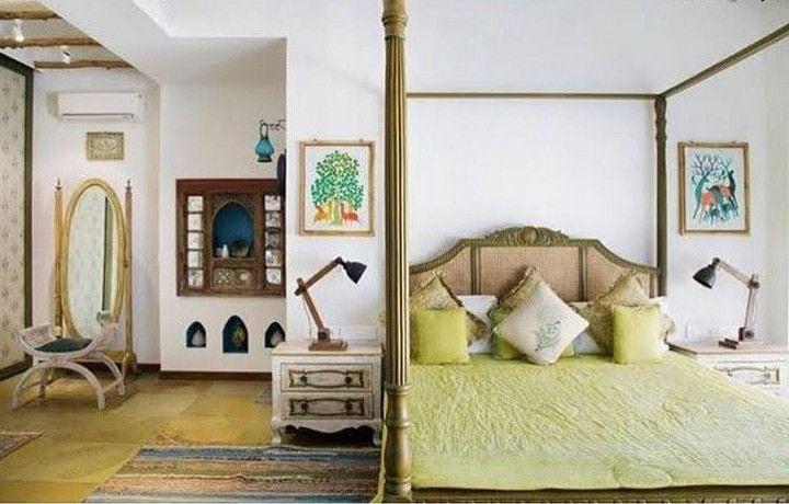 সুতপা শিকদারের বেডরুম। যোদপুর থেকে আনা পেন্টিং শোভা বাড়ায় সুতপার এই ঘরের। (ছবি-সৌজন্য Architectural Digest)
