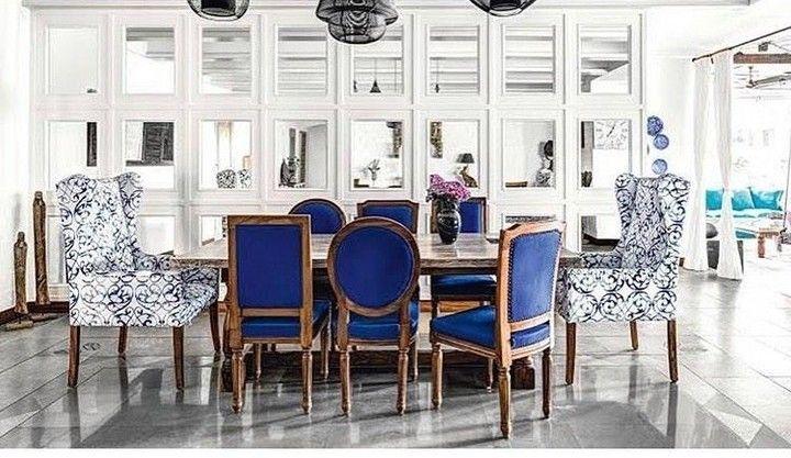 ডাইনিং রুমের ঝারবাতিটিও জয়পুরের। চেয়ারের মধ্যেও নীল রঙের ছোঁয়া স্পষ্ট। (ছবি-সৌজন্য Architectural Digest)