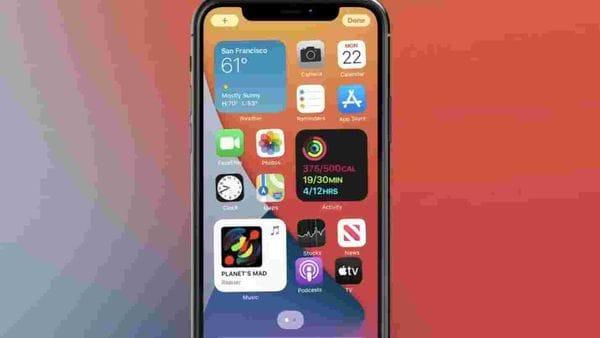 আত্মপ্রকাশ করল আইএসও ১৪ (iOS 14) অপারেটিং সিস্টেম আপডেট। তাতে অ্যাপ লাইব্রেরি (App Library), স্মার্ট স্ট্যাক (smart stack), পিকচার-ইন-পিকচার (picture-in-picture mode), হোম স্ক্রিনে উইজেটস (widgets)-সহ অন্যান্য নয়া ফিচার রয়েছে। (ছবি সৌজন্য টুইটার @ios14official)