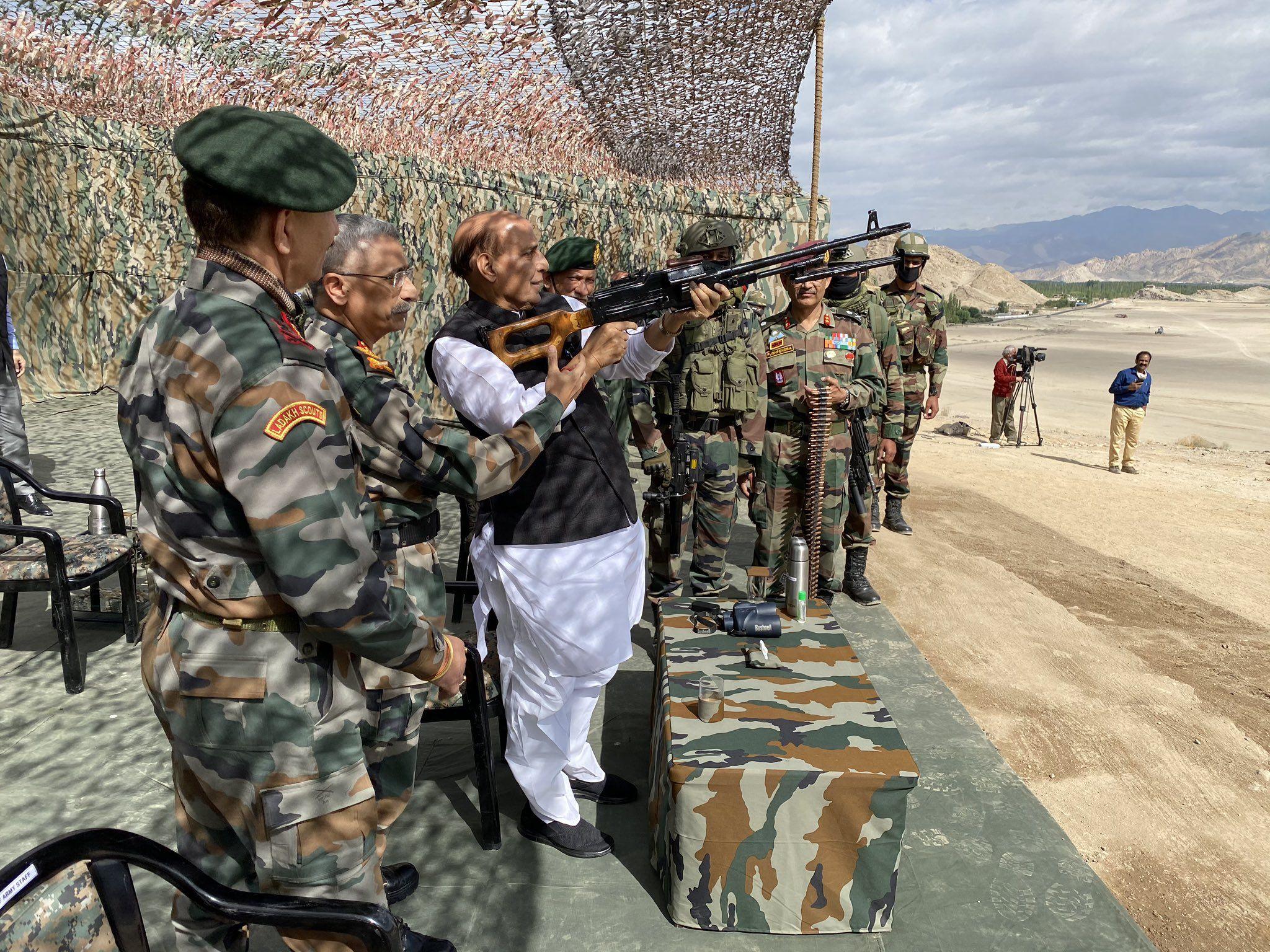 স্ট্যাকনায় পিকা মেশিনগান হাতে রাজনাথ সিং। (ছবি সৌজন্য টুইটার @DefenceMinIndia)