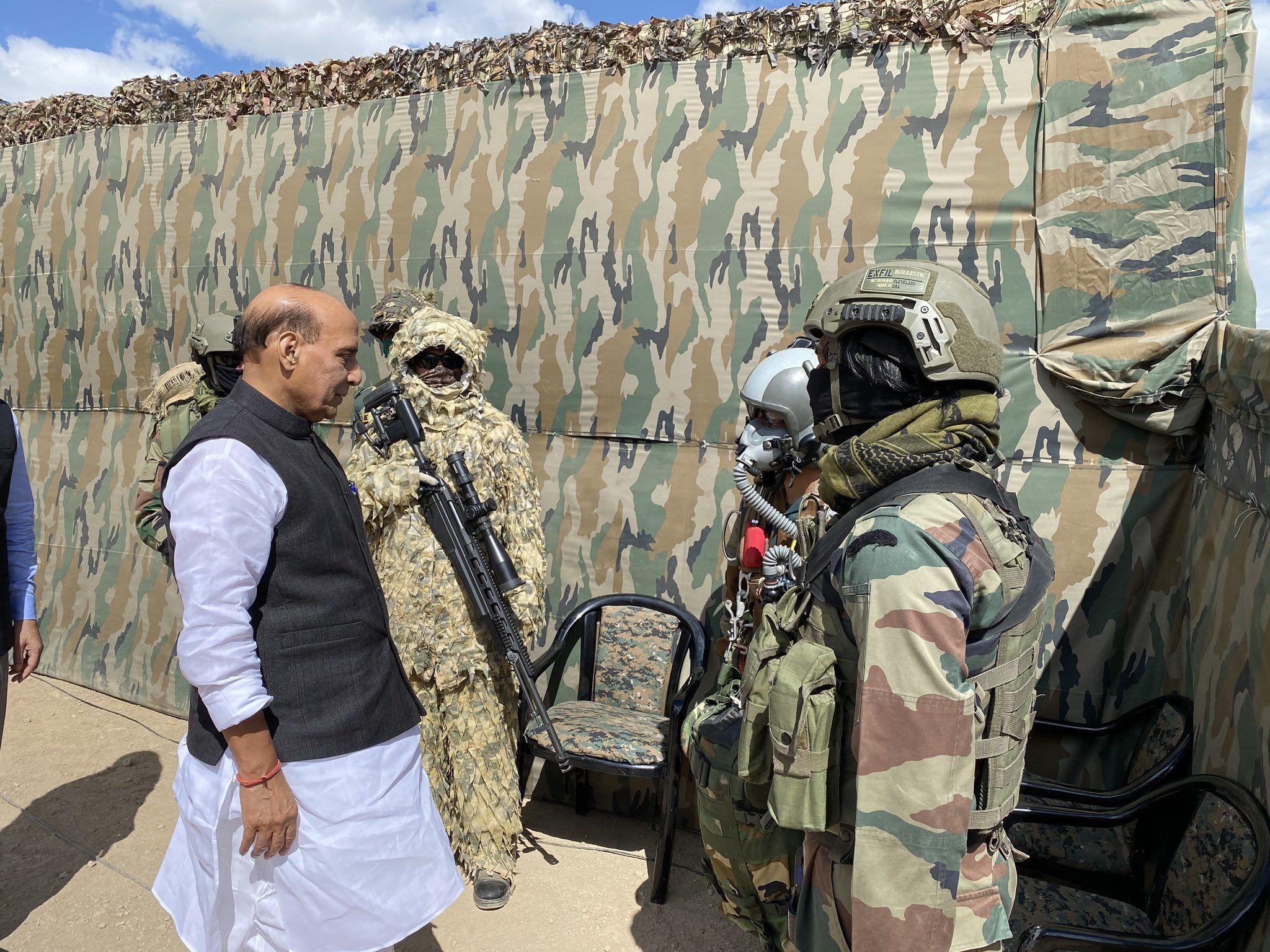 ভারতীয় সেনার জওয়ানদের সঙ্গে কথা বলছেন প্রতিরক্ষামন্ত্রী। (ছবি সৌজন্য টুইটার @rajnathsingh)