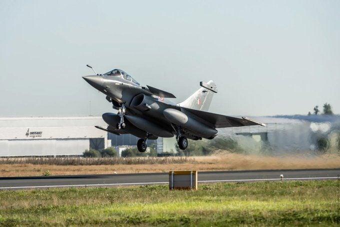 প্রথম দফায় পাঁচটি রাফাল পাঠায় দাঁসো। (ছবি সৌজন্য, টুইটার @Dassault_OnAir)