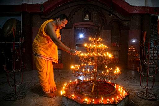 গুয়াহাটিতে প্রদীপ জ্বালিয়ে রাম লাল্লার মন্দিরের কাজ শুরু হওয়ার আনন্দ উদযাপন। (AP)