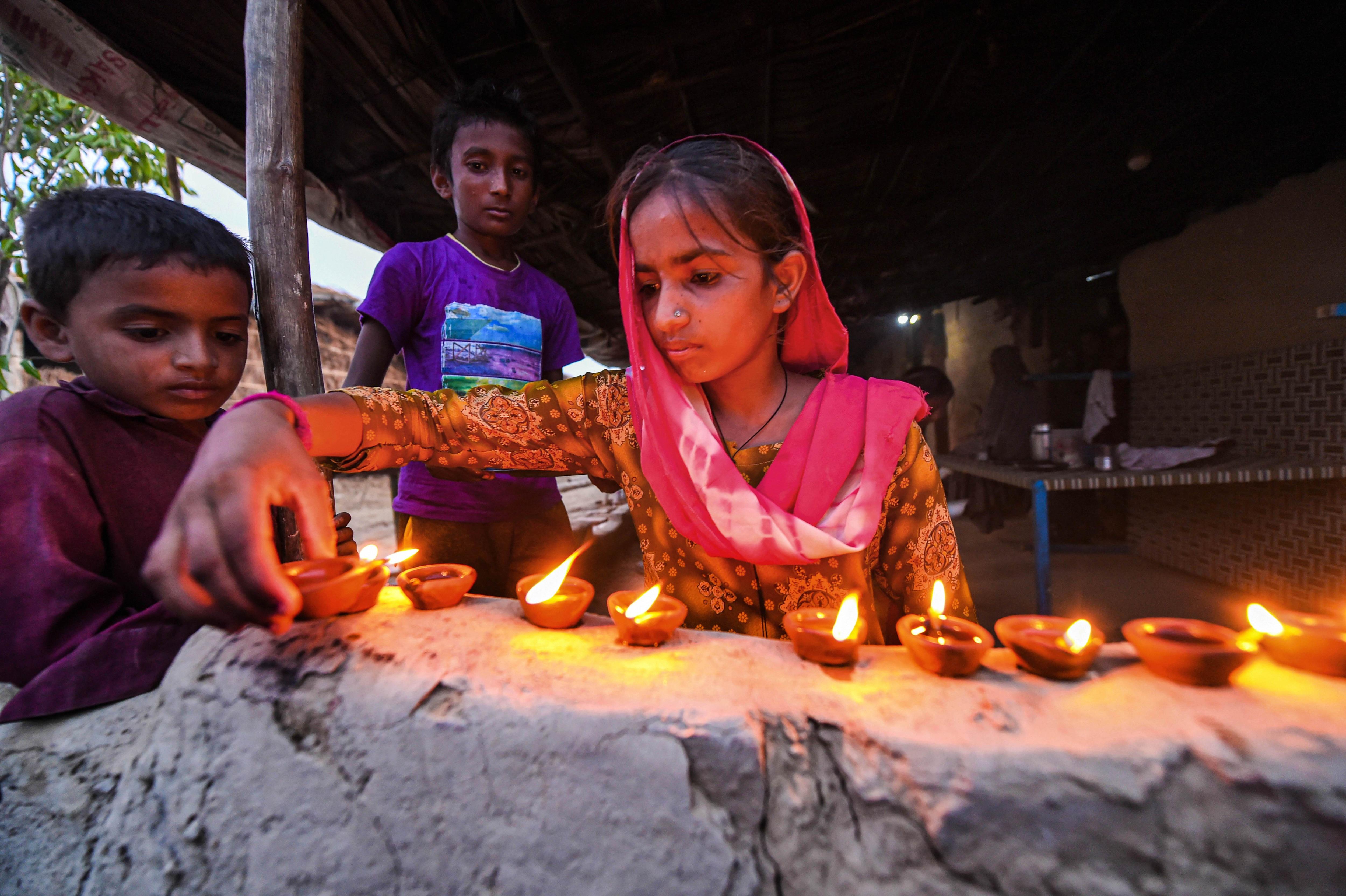 দিল্লিতে প্রদীপ দিয়েছেন পাকিস্তান থেকে আগত হিন্দু শরণার্থীরা। (PTI)