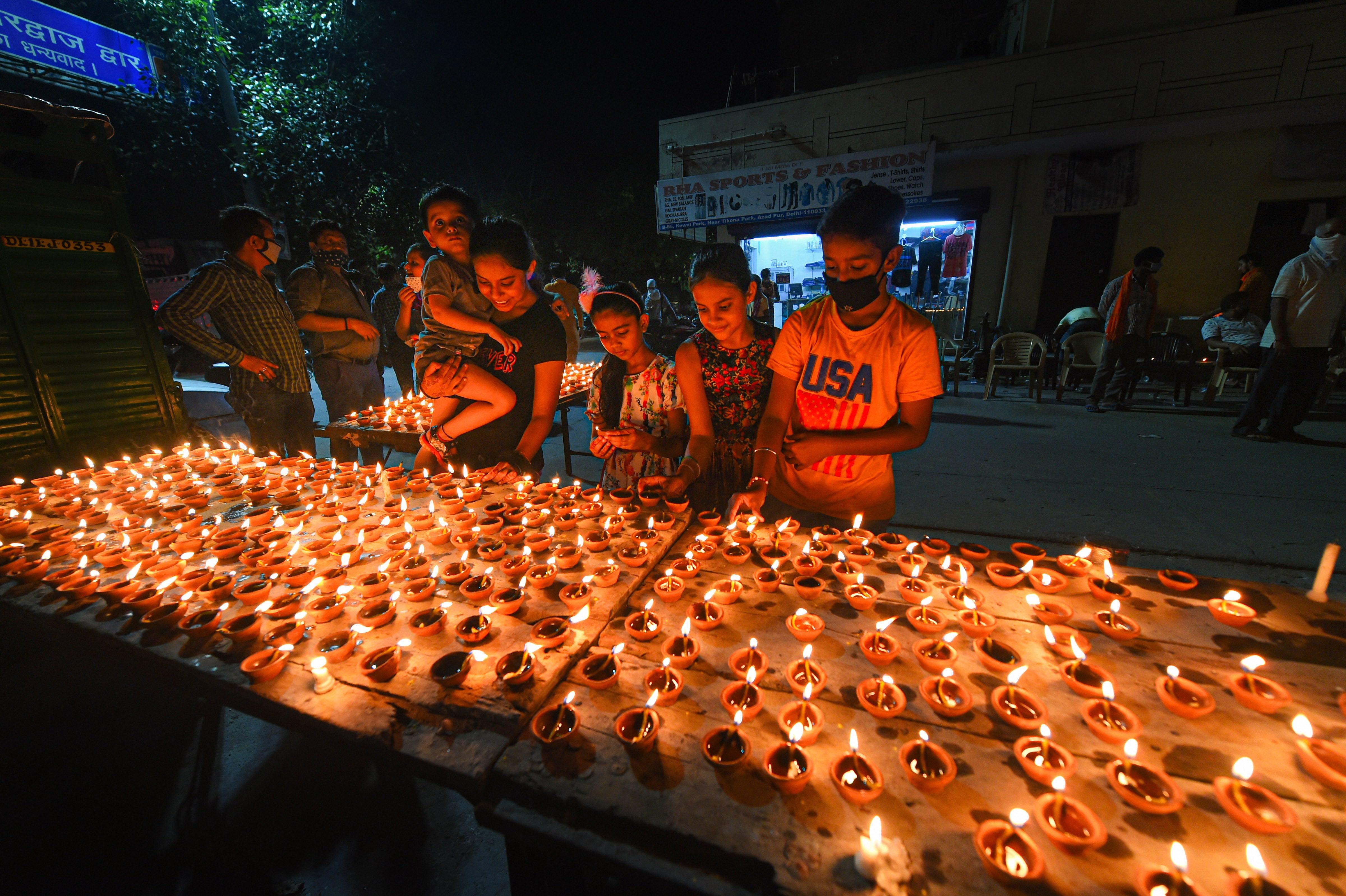 দিল্লিতে দিয়া প্রজ্বলন (PTI)