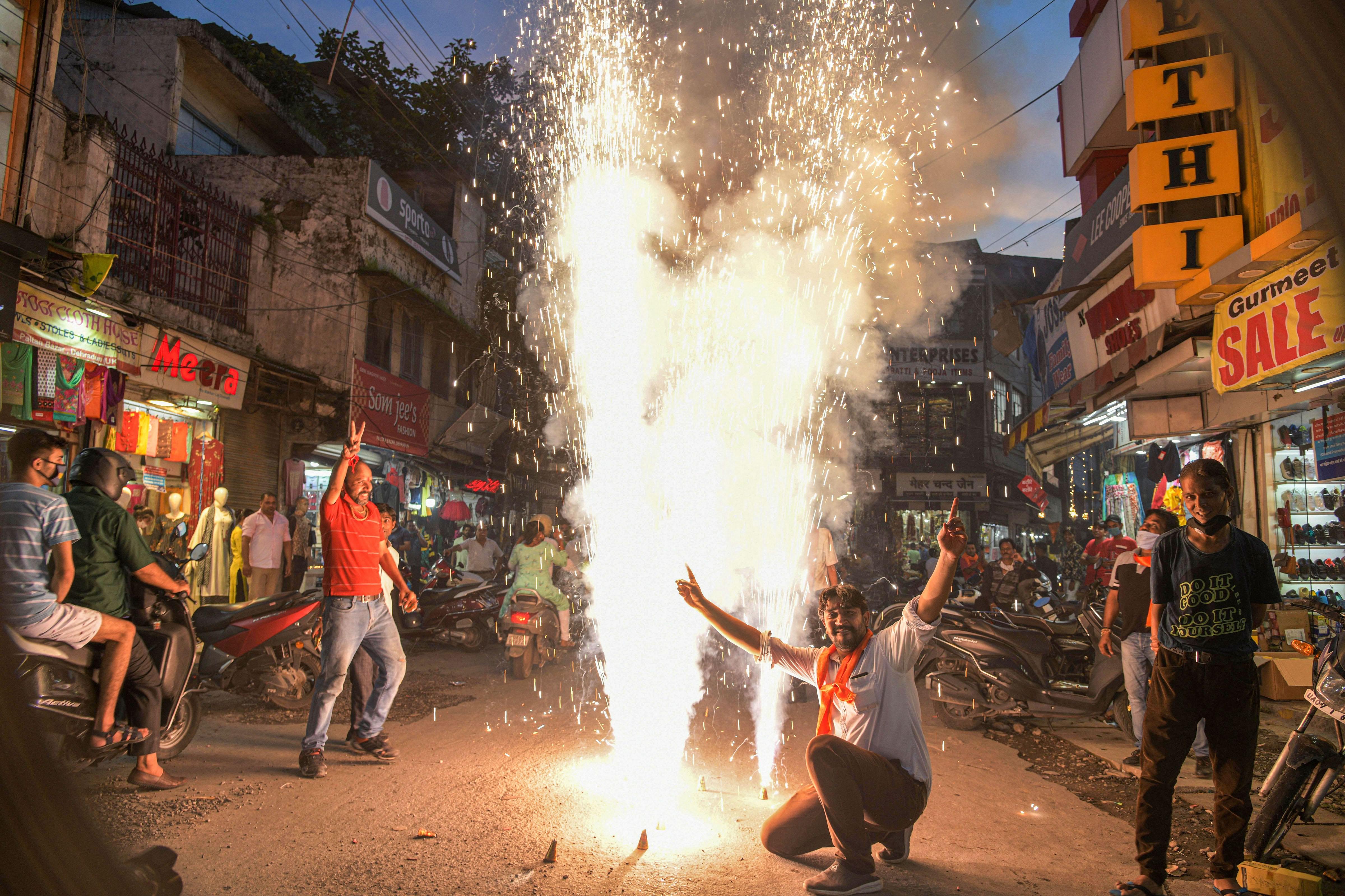 দেরাদুনে আনন্দে মাতলেন বিজেপি কর্মীরা (PTI)