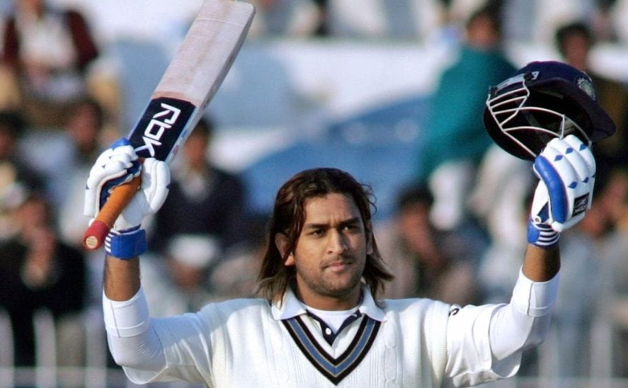 ২০০৫ সালের ডিসেম্বরে টেস্টে অভিষেক করেছিলেন ধোনি। তিনি ভারতের ২৫১ তম টেস্ট খেলোয়াড়। ২০০৬ সালে নিজের পঞ্চম টেস্টে প্রথম শতরান করেছিলেন। পাকিস্তানের বিরুদ্ধে সেই ম্যাচে করেছিলেন ১৪৮ রান। (ছবি সৌজন্য, টুইটার @BCCI)