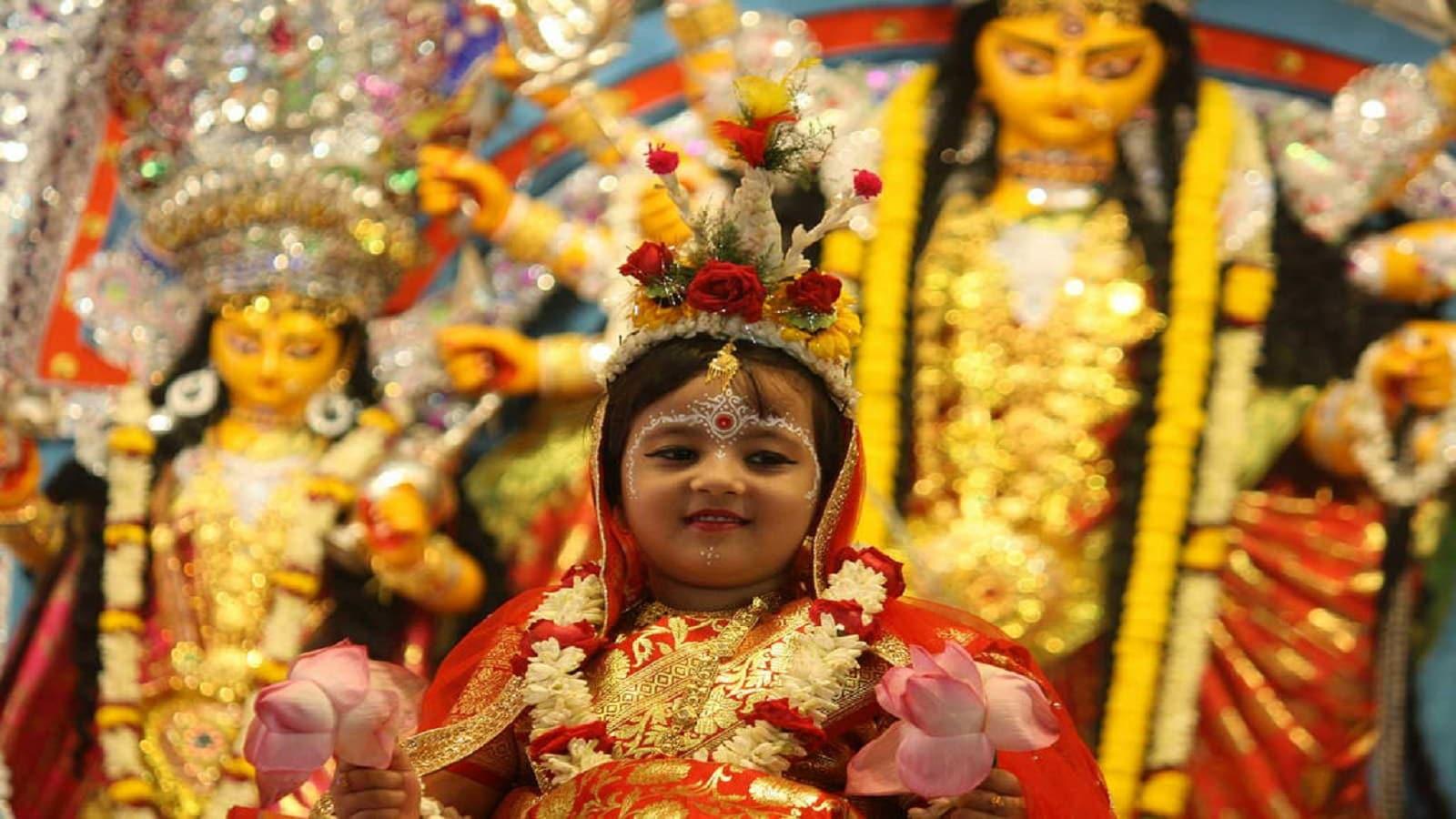 কুমারী পুজো- অষ্টমীর দিন কুমারী পুজো করা হয়। এদিন বাচ্চা মেয়েদের দুর্গার মর্যাদা দিয়ে, দুর্গারূপে তাদের পুজো করা হয়।