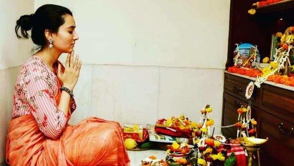 আজ কোজাগরী লক্ষ্মীপুজো। ধনলক্ষ্মীর আরাধনায় ব্যস্ত বাঙালি। সেই তালিকায় বাদ যাননি টালিগঞ্জের তারকারাও। প্রতি বছরের মতো এবার প্রসেনজিত্ চট্টোপাধ্যায়ের বালিগঞ্জের বাড়িতে অনুষ্ঠিত হল পুজো।