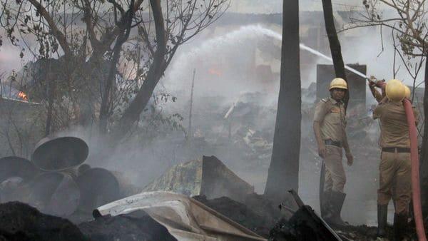ভোররাতে কালীঘাটের বস্তিতে আগুন, দগ্ধ হয়ে মৃত্যু বৃদ্ধার, গুরুতর জখম যুবক -  kalighat slum caught fire at thuresday dawn old woman burnt to death youth  seriously injured at kolkata, Bangla News