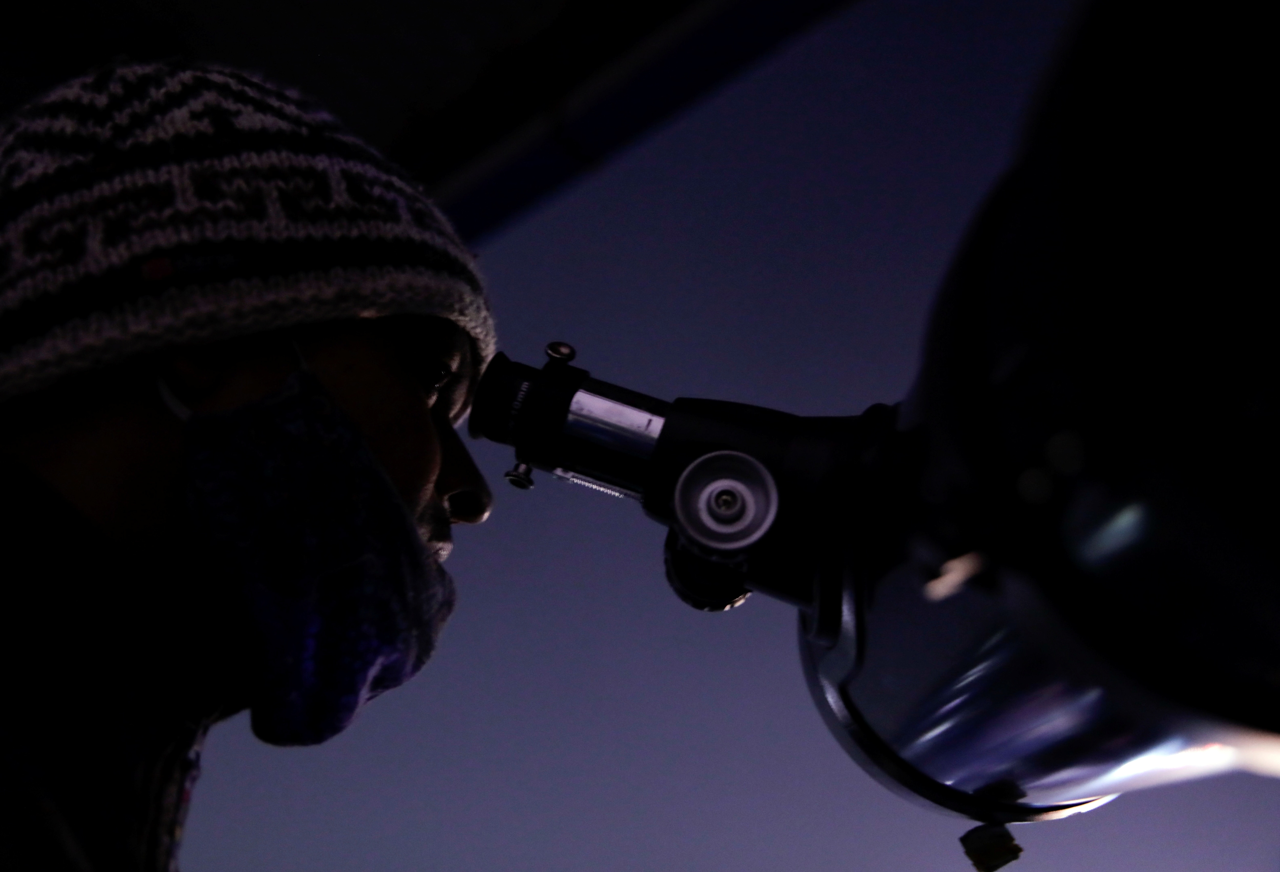 কাঠমান্ডুতে টেলিস্কোপে চোখ (REUTERS)