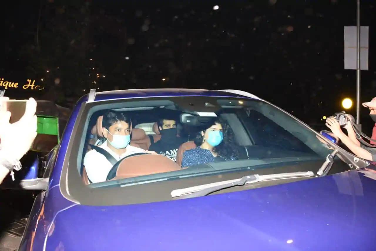 বরুণ ধাওয়ানের অন্যতম কাছের বলিউডি বন্ধু অর্জুন কাপুর ও তাঁর বোন অনুশুলা কাপুরকেও পাপারাতজিরা ফ্রেমবন্দি করেন বরুণ-নাতাশার অ্যাপার্টমেন্টের নীচে।পৌঁছেছিলেন মালাইকা আরোরাও। (ছবি-বারিন্দর চাওয়ালা)