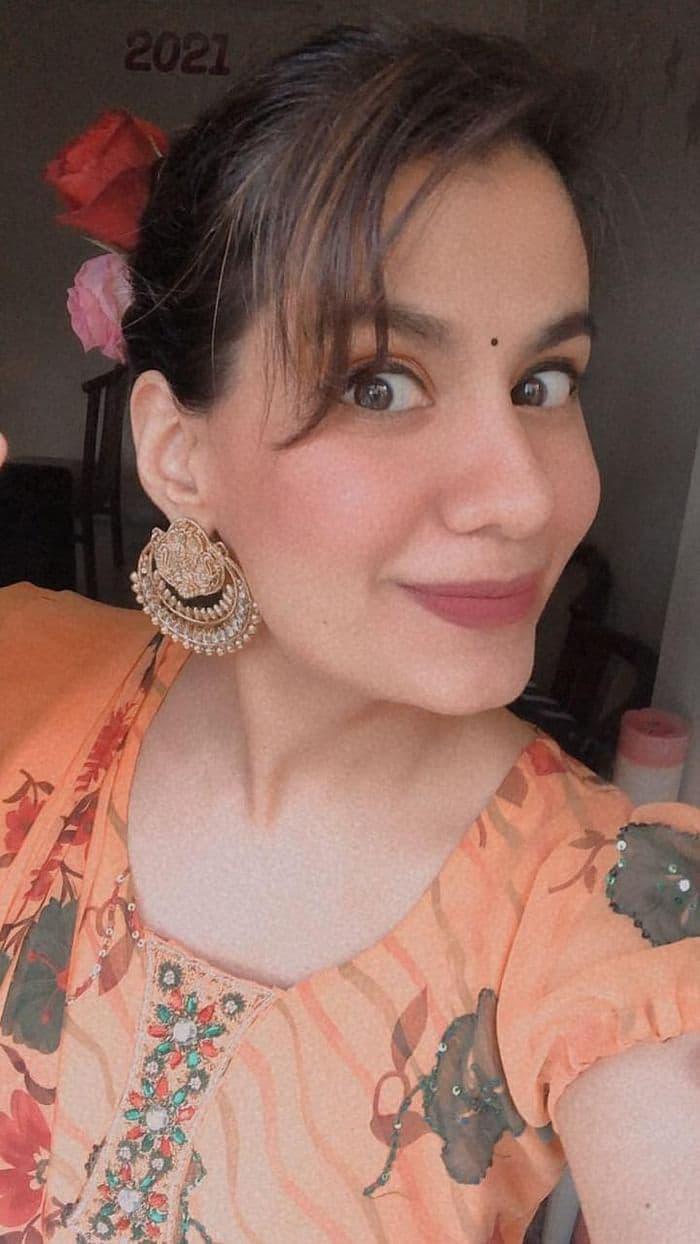 অঞ্জলি বারোট ও গৌরব আরোরার বিয়ের অনুষ্ঠানে অভিনেত্রী শ্রেয়া ধনবন্তারীর সাজ। সম্প্রতি 'দ্য ফ্যামিলি ম্যান', 'দ্য রিইউনিয়ান' ছবিতে অভিনয়ের জন্য প্রশংসা কুড়িয়েছেন শ্রেয়া।