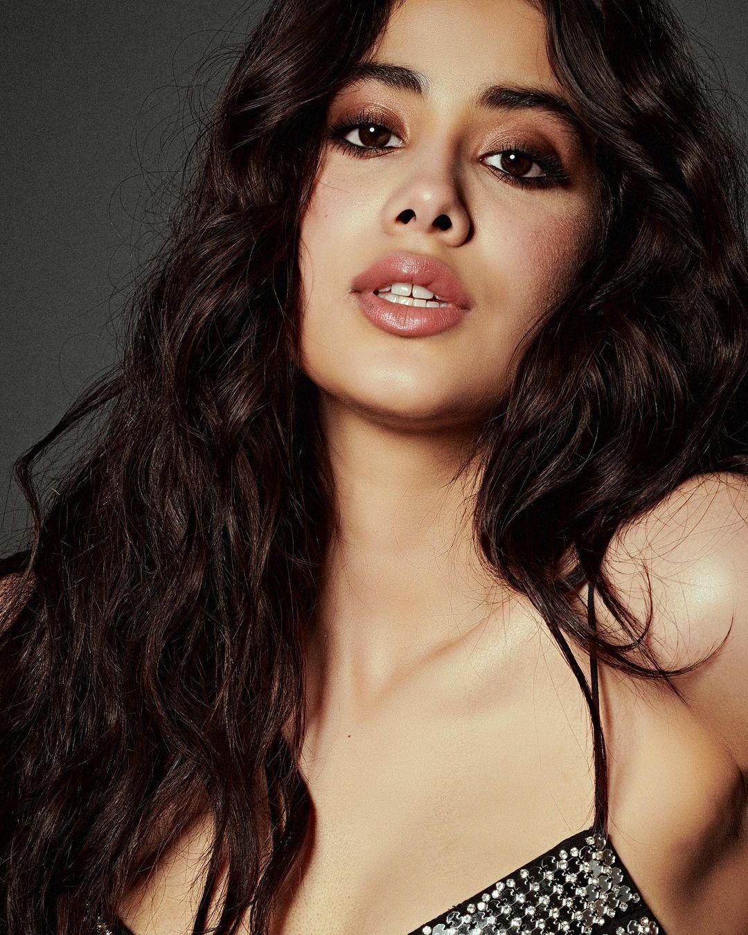 বছর ২৩-এর অভিনেত্রী সামাজিক মাধ্যমে ছবি পোস্ট করে লিখেছেন, 'Back to Black #Roohi day 3'।