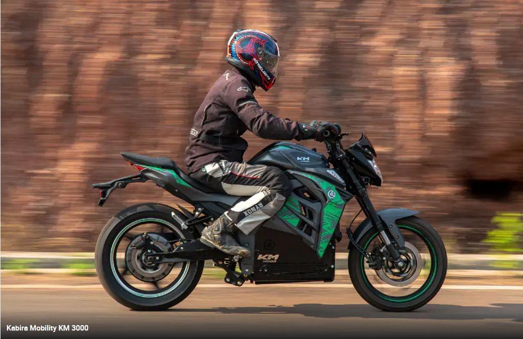 Kabira Mobility KM4000 : দাম - ১.৩৭ লক্ষ টাকা (এক্স-শোরুম, গোয়া)। নেকেড স্পোর্ট স্টাইলিং-এর এই মোটরসাইকেলের সঙ্গে সাদৃশ্য রয়েছে Yamaha FZ-S V2.0-র। পিক পাওয়ার 8,000 W । ছবি : Kabira Mobility (Kabira Mobility)